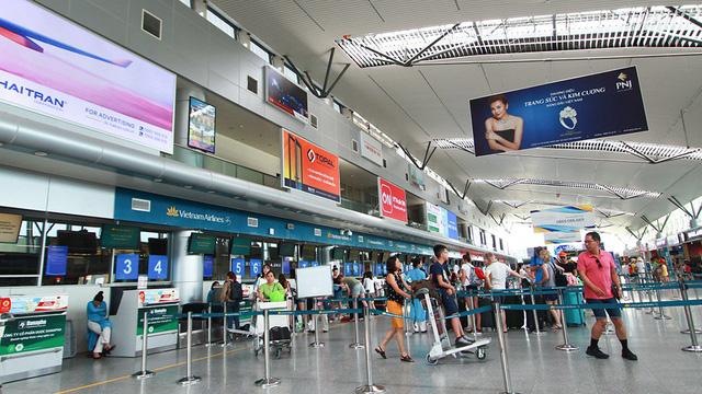 """Thủ tướng: Xem xét mở lại đường bay quốc tế, triển khai """"hộ chiếu vắc xin"""""""